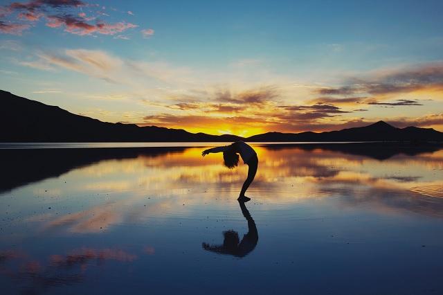 朝ヨガにオススメの「太陽礼拝」がもたらす4つの効果